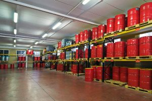 Bidones de aceite y lubricante industrial almacenados en estanterías en la nave de Eibarlar en Eibar, Gipuzkoa